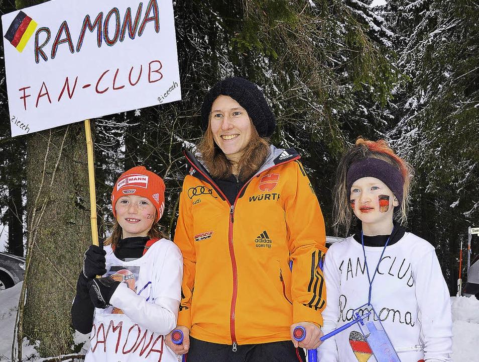Lena Faller (links) und Anni Borrmann  mit Skispringerin Ramona Straub.  | Foto: Markus Straub