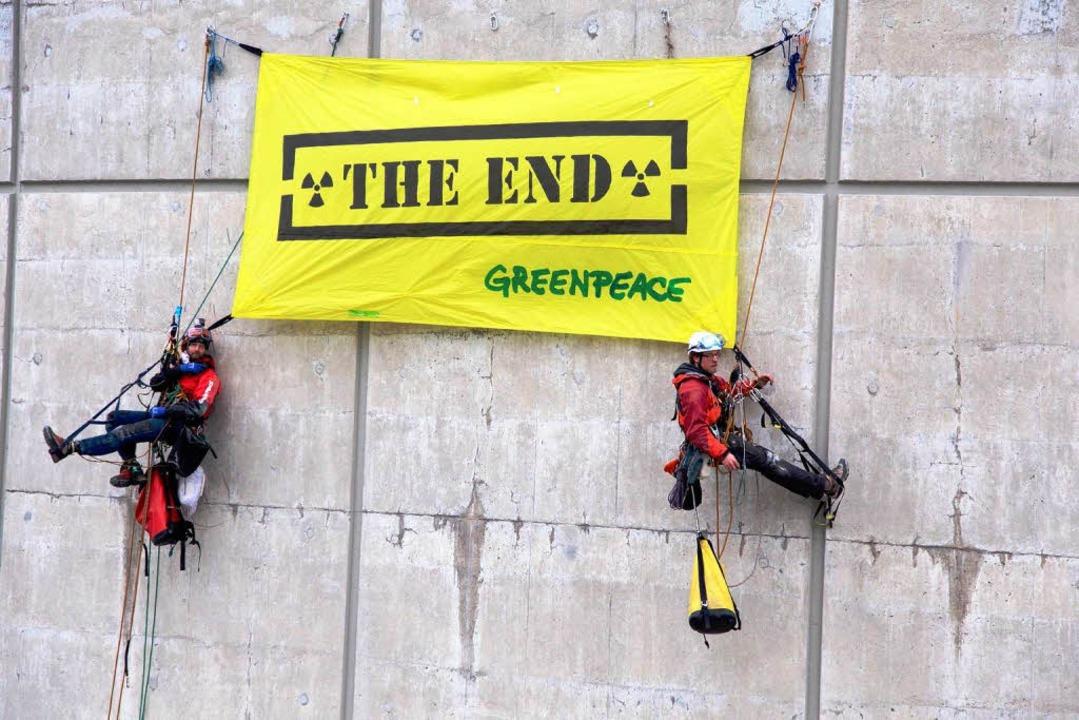 Die Aktivisten fordern die sofortige Abschaltung des Kraftwerks.  | Foto: © Greenpeace / Christian Schmutz