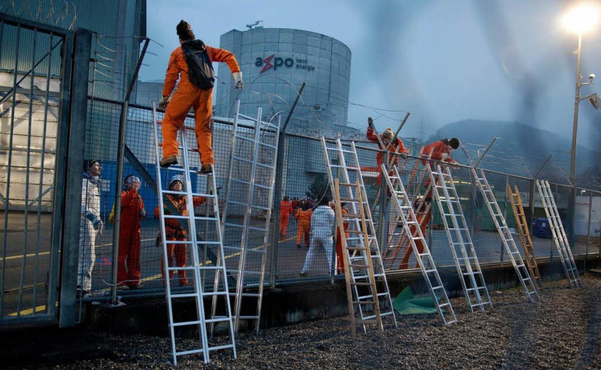 Die Aktivisten fordern die sofortige Abschaltung des Kraftwerks.  | Foto: Greenpeace/ Ex-Press /Michael Würtenberg