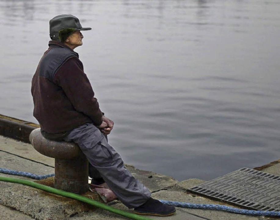 Dieser alte japanische Mann wartet. Und wartet.  | Foto: dpa