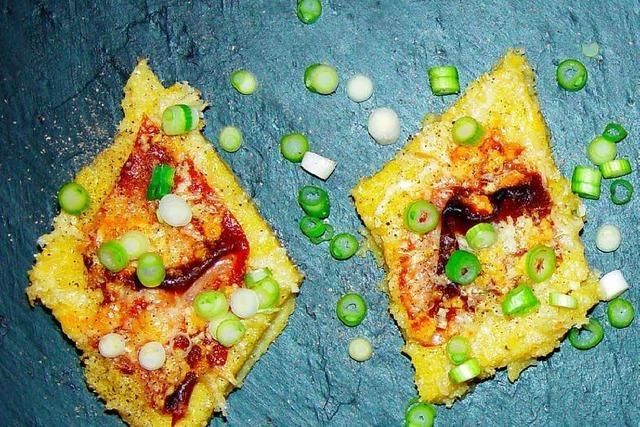 Polentaschnitten mit Schinken und Käse überbacken