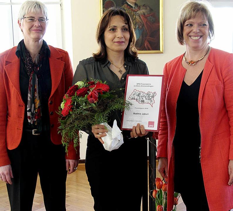 Susanne Tröndle (links) von der Arbeit...enpreis an die Irakerin Bushra Jaburi.  | Foto: Gerda Oswald