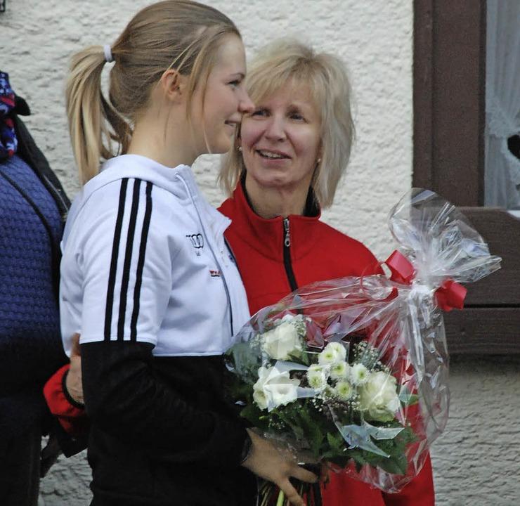 Emotionaler Empfang: Annika Knoll fiel zu allererst ihrer Mutter in die Arme.    Foto: Jürgen Ruoff