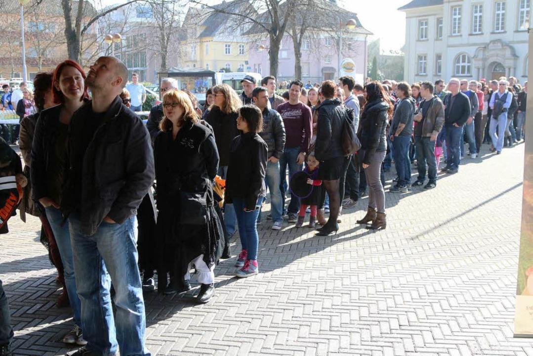 Vor der Schopfheimer Stadthalle stehen...ssenden Knochenmarkspender zu finden.   | Foto: Hans-Jürgen Hege