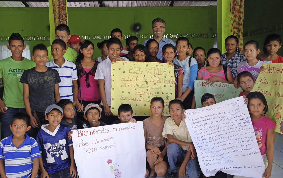 Die Patenkinder aus Wiwili mit Oberbürgermeister Dieter Salomon (ganz hinten)  | Foto: privat