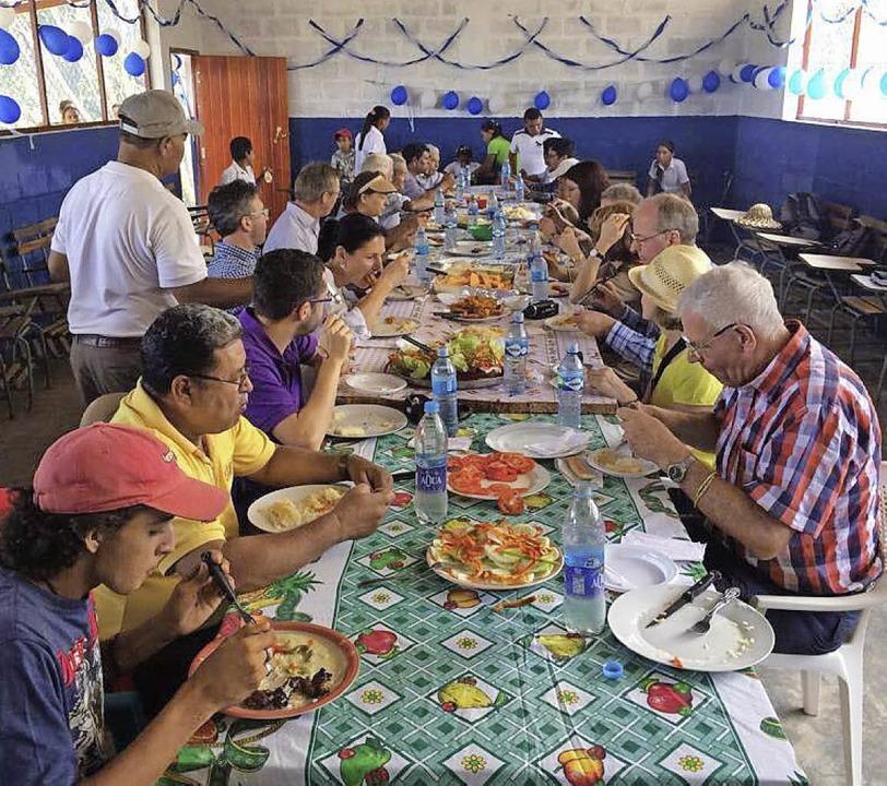 Die Freiburger Gruppe beim gemeinsamen Essen mit den Gastgebern  | Foto: Daniel Sander