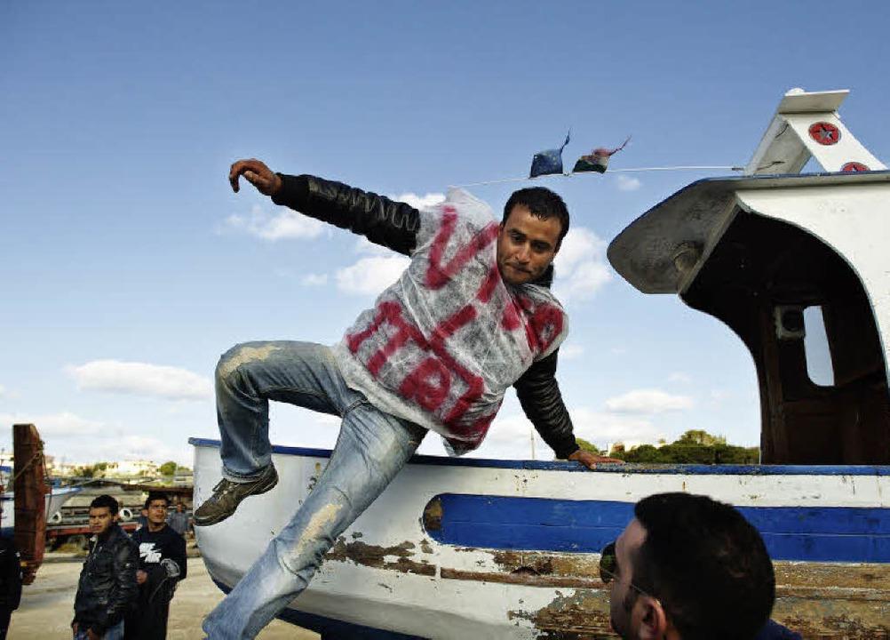 Dieser Flüchtling hat's geschaff...ralten Boot landete er auf Lampedusa.   | Foto: AFP