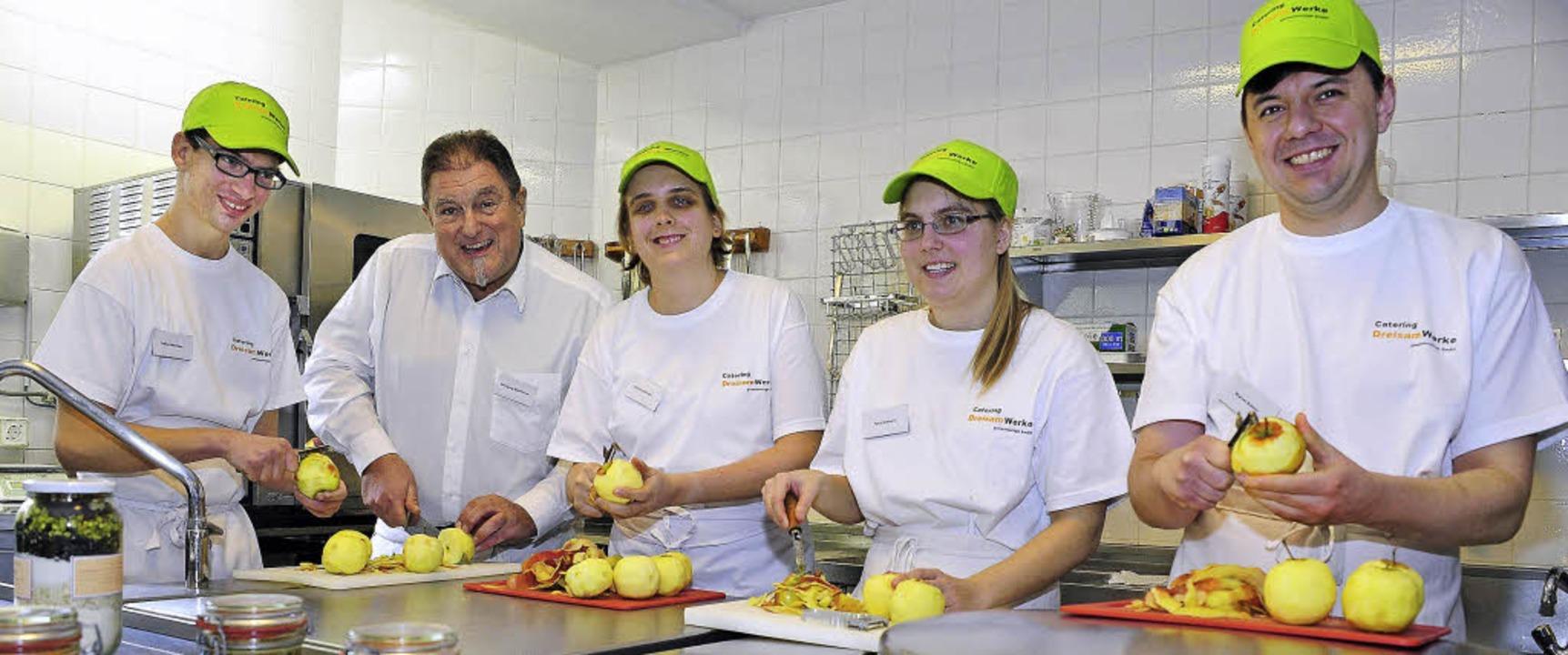 Frische Küche, flottes Truppe: Fabian ...rcel Bührer bei der Arbeit (von links)  | Foto: Thomas Kunz