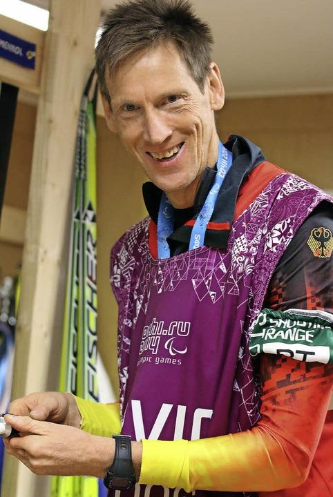 Walter Kuß hat gut lachen. Der Service...Paralympics in Sotschi Fünfter wurde.     Foto: joachim hahne