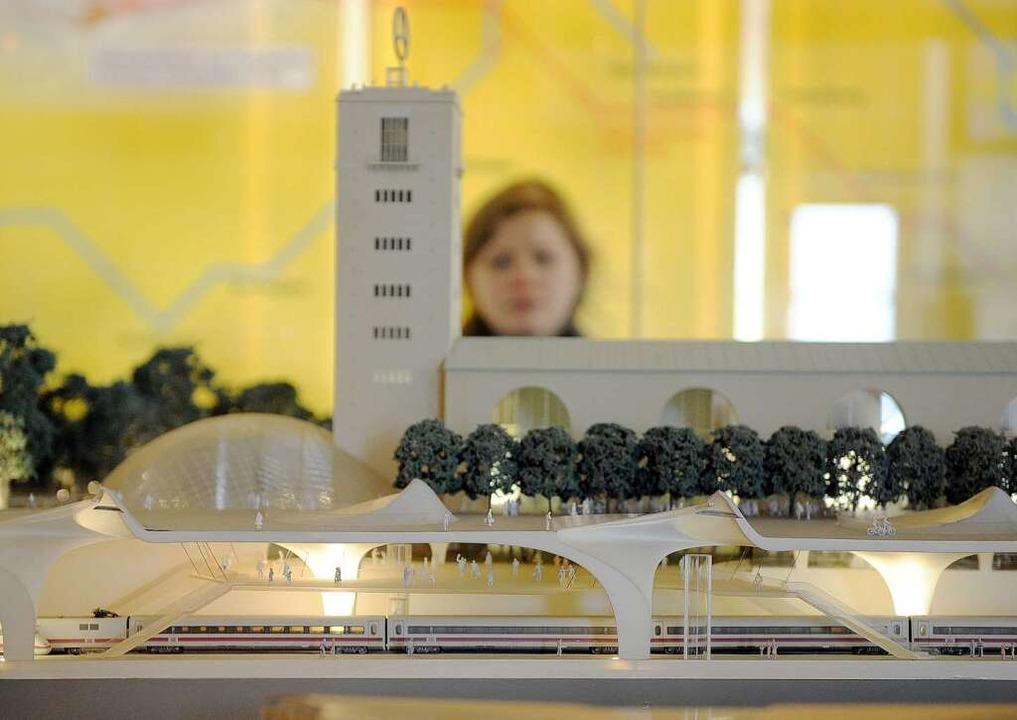 Der neue Bahnhof in der Außendarstellung im Modell  | Foto: dpa