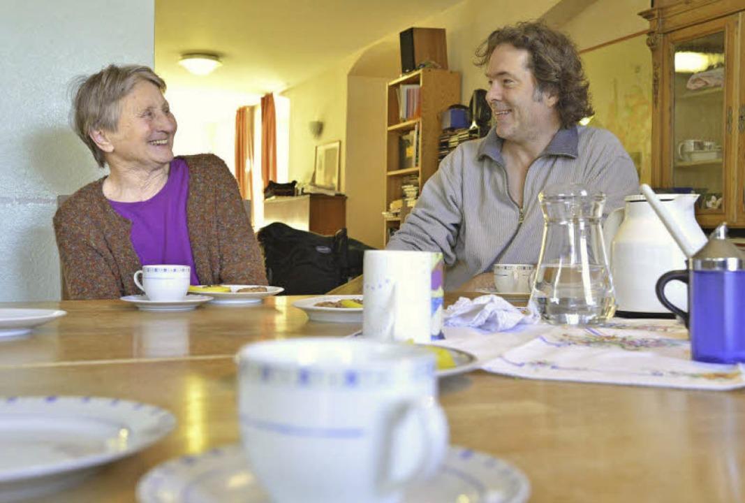 Bei der Kaffeestunde scherzt Pfleger S...y gerne mal mit den WG-Bewohnerinnen.   | Foto: Michael Bamberger