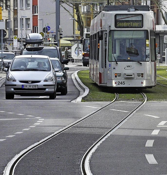 Freie Fahrt auf neuen Gleisen: Bisher ... Linie 2 dann mit echten Fahrgästen.    | Foto: Rita Eggstein (4)/Michael Bamberger