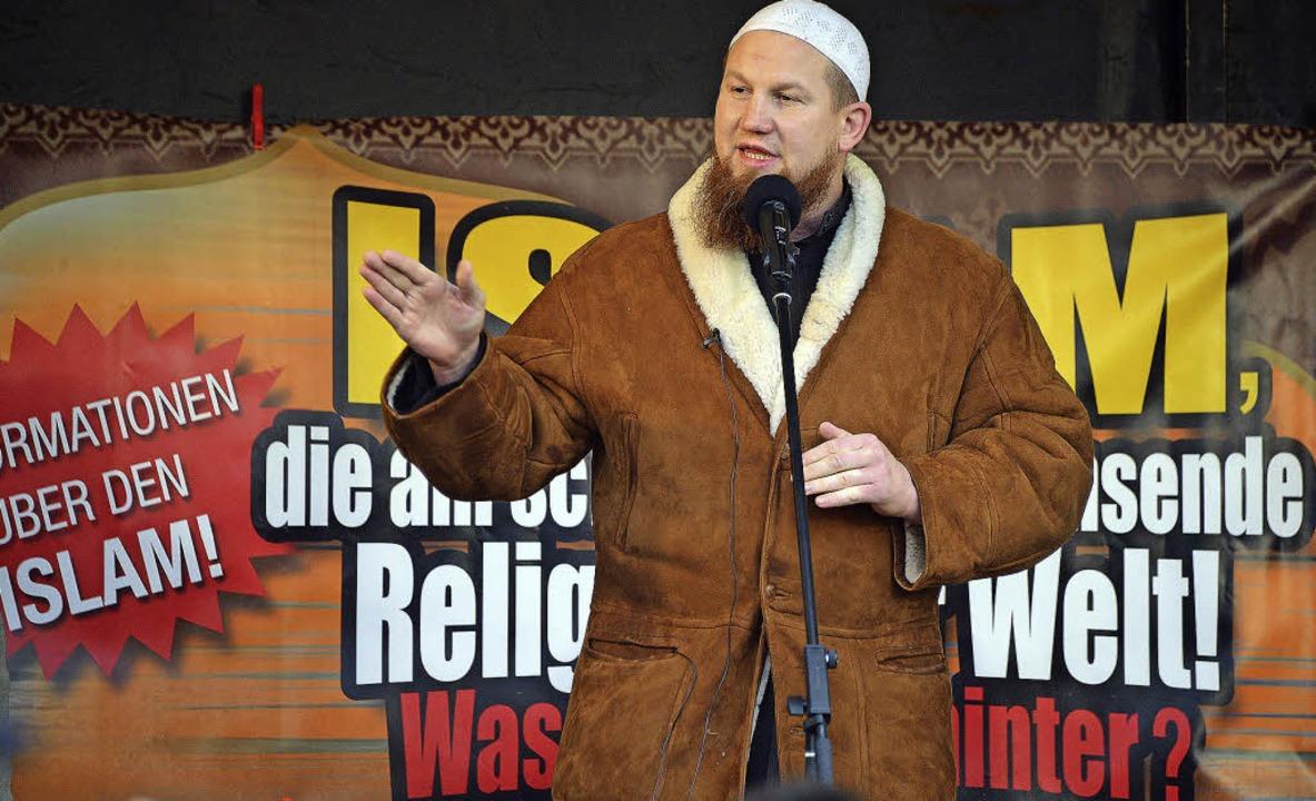 Der Konvertit Pierre Vogel wirbt auf d... Pforzheim für einen radikalen Islam.   | Foto: DPA