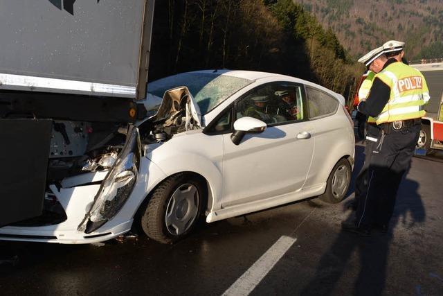 Fahrer rettet sich nach Unfall aus brennendem Auto