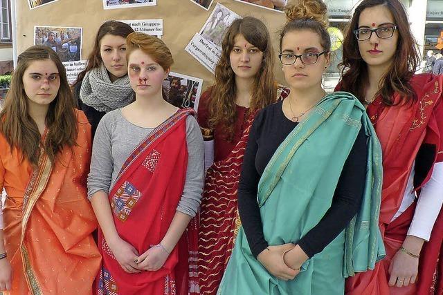 Protest mit Saris, Kunstblut und gemalten