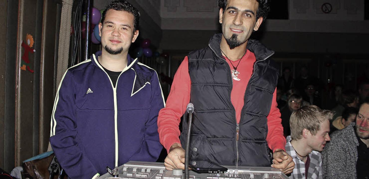 Hamada Bitar (rechts) ist Veranstaltun...- und Tontechnik der Zirkusvorführung.  | Foto: Martha Weishaar