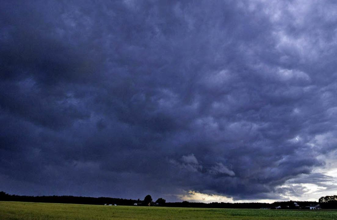 Dunkle Wolken liegen über den Kirchen ...immigkeiten in den Seelsorgeeinheiten.  | Foto: Dpa, Wolfgang Adam, michael Krug, katja Mielcarek