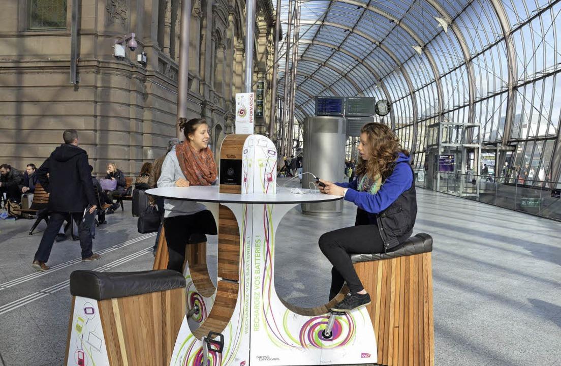 Radeln und Handy aufladen im Straßburger Bahnhof  | Foto: Löwenbrück Brigitte