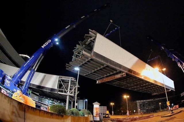 Tonnenschwere Burda-Brücke in Offenburg abgebaut