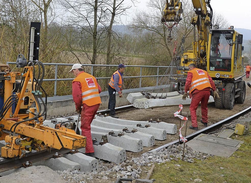 Jechtingen. Mittels Gleisbagger  werden die Betonschwellen verlegt.  | Foto: Roland Vitt