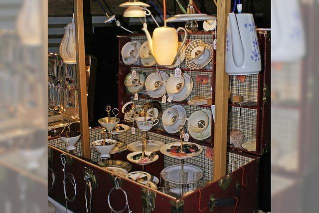 Koffer auf für Kunst, Keramik und Kuchenstücke