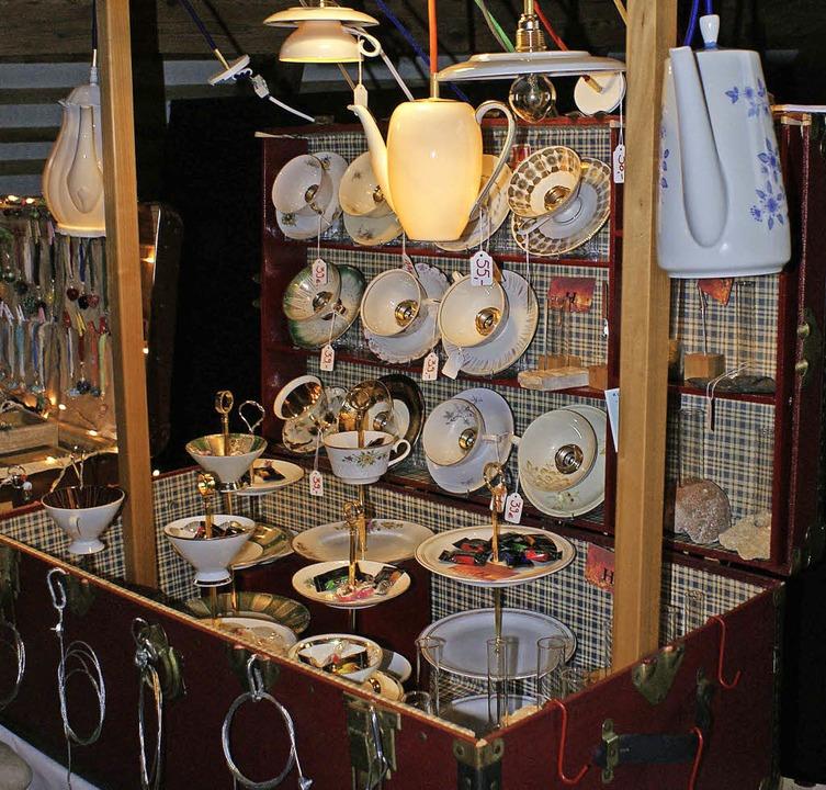 Lampen aus Tassen und Kannen fanden sich in diesem Koffer.     Foto: John