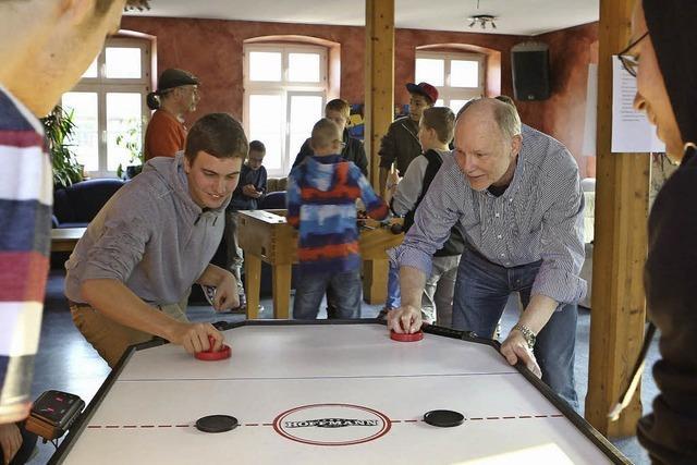 Jugendliche und Kommunalpolitiker lernen sich bei Billard, Kicker und Air-Hockey kennen