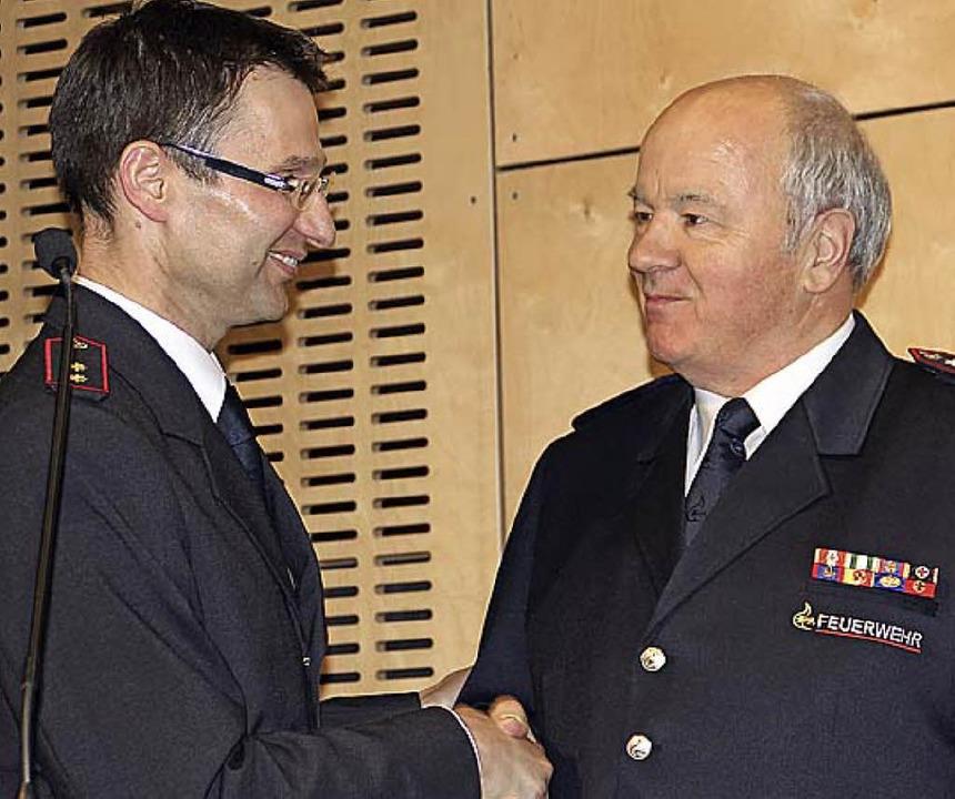 Hansjörg Hagenbach (rechts) wird von Markus Riesterer zum Ehrenmitglied ernannt.  | Foto: Model