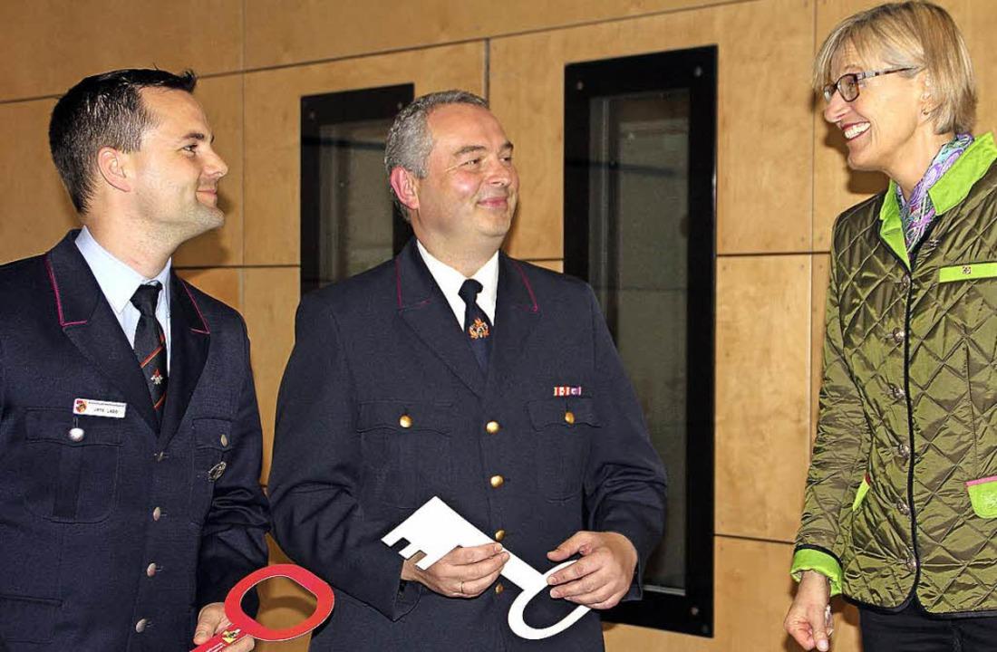 Die Kommandanten Jens Lapp und Andreas...el für zwei Notstromerzeugungsgeräte.   | Foto: Sabine Model