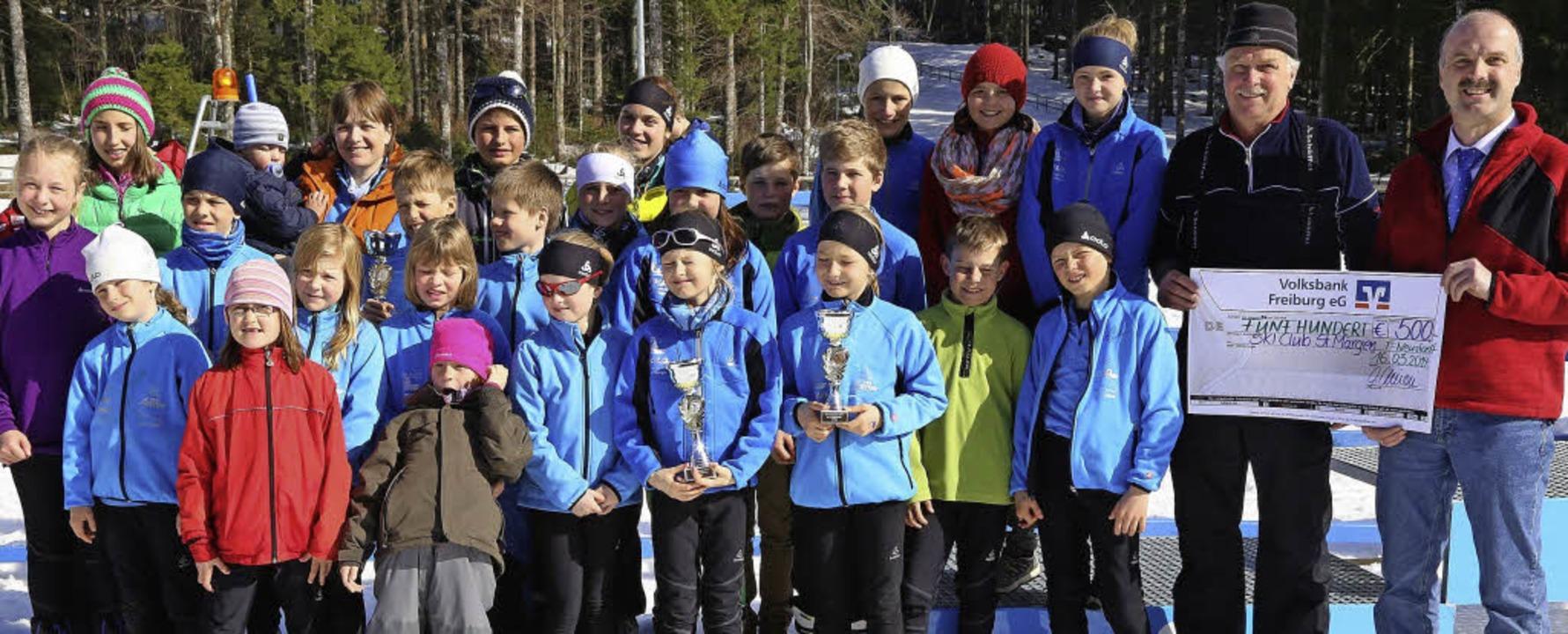 Die Jugendmannschaft des Ski-Clubs St....d dem SC-Vorsitzenden Raimund Löffler   | Foto: Heinrich Fehrenbach