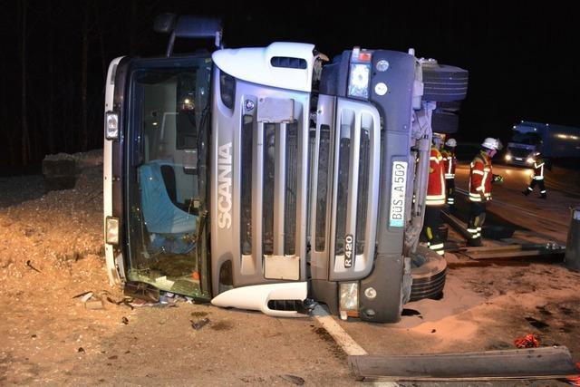 Laster im Höllental umgestürzt: Umleitung über Spirzen