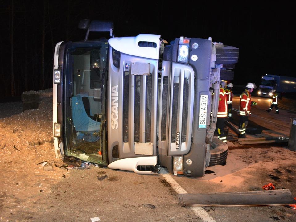 Der Laster versperrt die Strecke.  | Foto: kamera24.tv