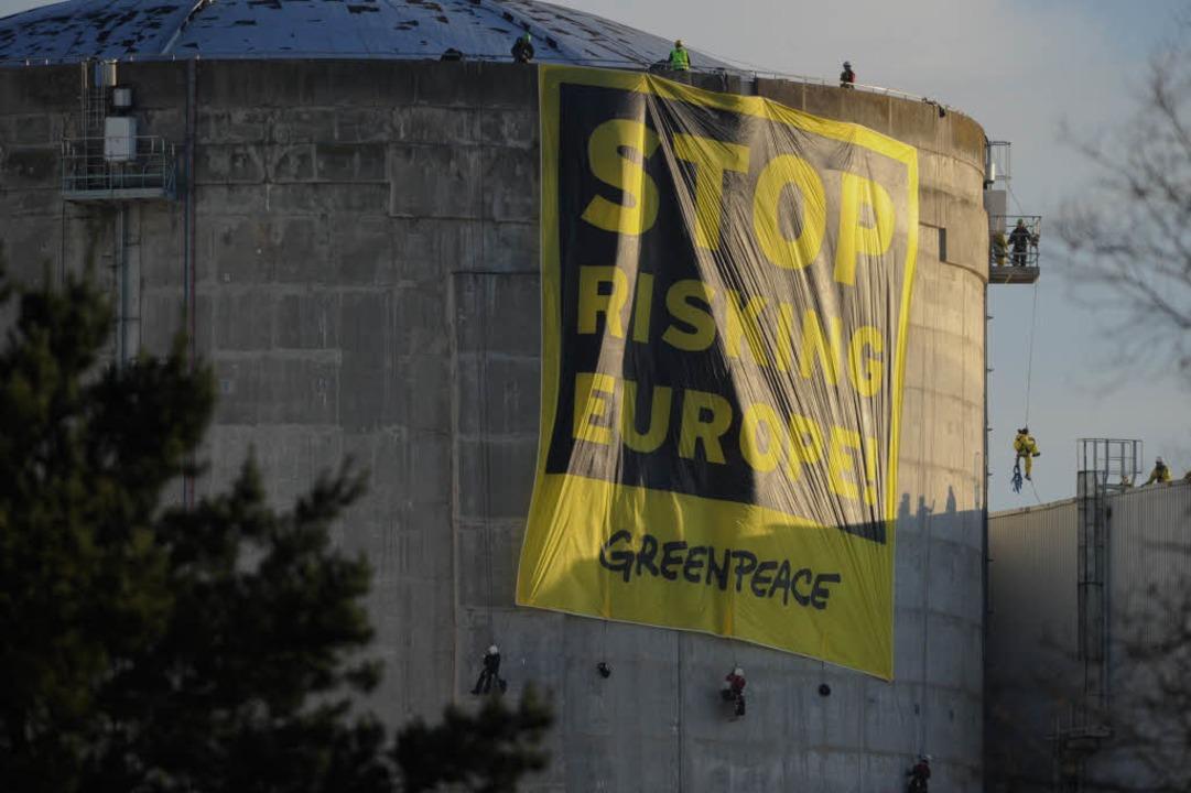 Das Greenpeace-Banner am Reaktorgebäude 1  | Foto: AFP