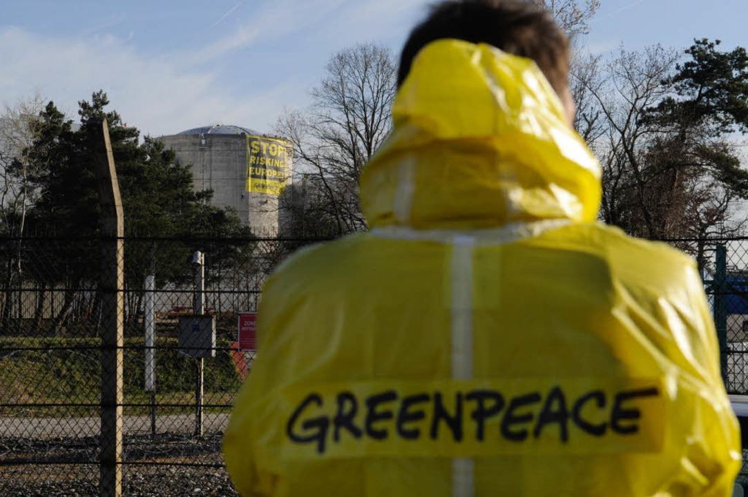 Ein Protestant am Eingang des Kernkraftwerks.  | Foto: AFP