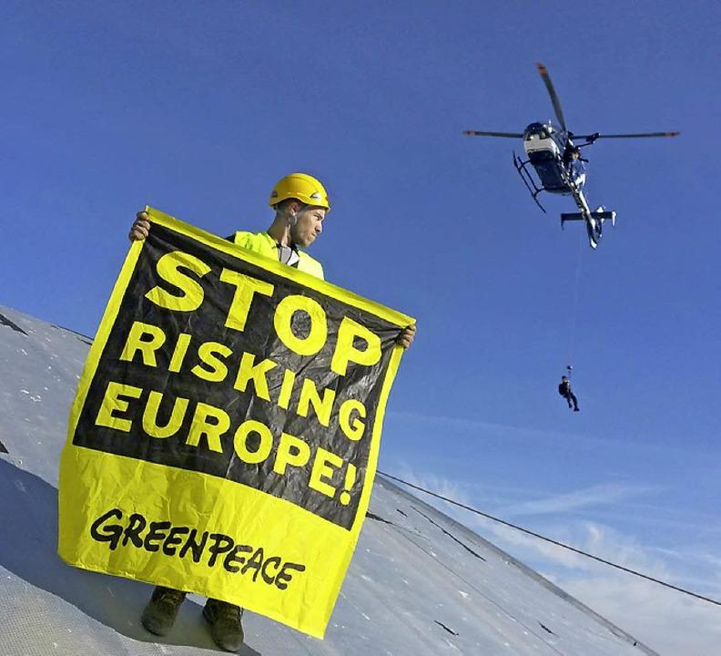 Protest auf dem Dach, und die Polizei rückt auch  an.  | Foto: Modrow/Greenpeace/dpa