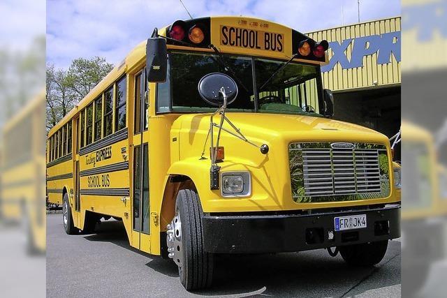 Mit dem gelben Bus von Ort zu Ort