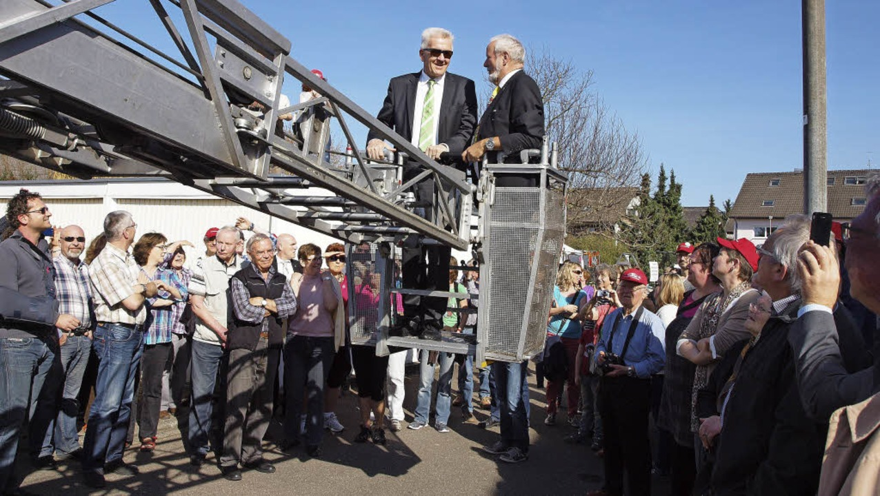 Ministerpräsident Kretschmann und Bürg...tuation an der Bahnlinie verschaffen.   | Foto: Haberer