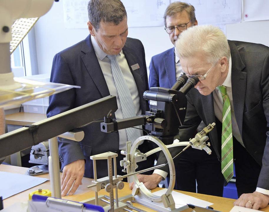 Einen  Blick durchs Mikroskop auf Micr...ger Medizintechnik-Herstellers Inomed.  | Foto: Gerhard Walser