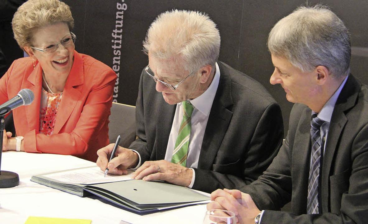 Grund zur Freude: Ministerpräsident Wi...ngsvereinbarung zur Risse-Katastrophe.  | Foto: A. Huber