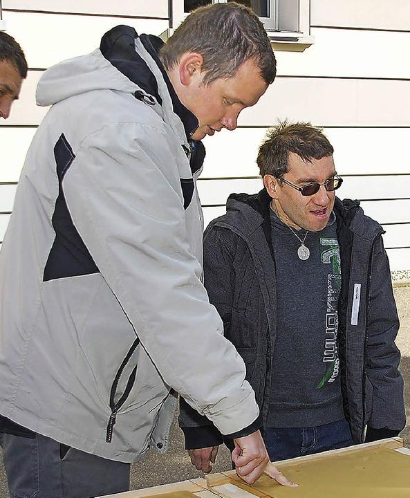 Besucher geben ihre Fingerabdrücke.    Foto: Danielle Hirschberger