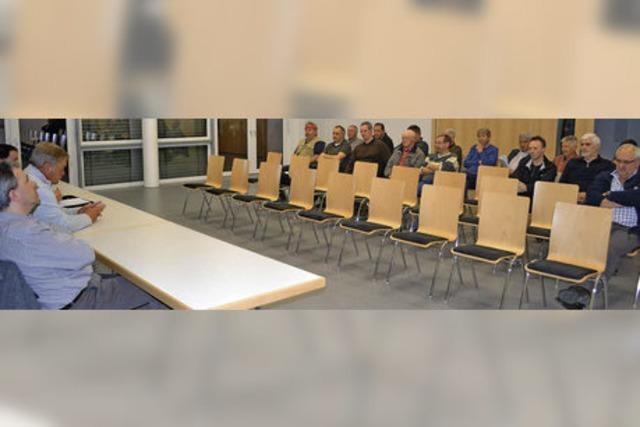 Leere Stühle bei der Bürgerversammlung in Mambach