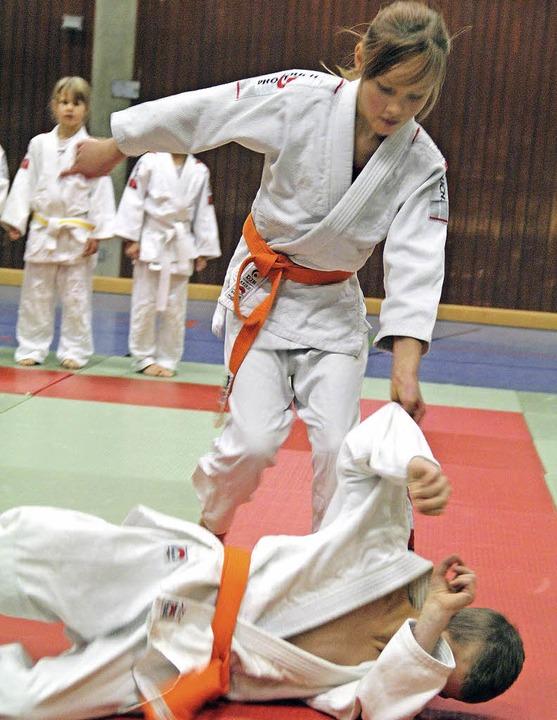 Obenauf: Finja Buchholz vom TV Rheinfe...i der Judo-Bezirksmeisterschaft  U12.   | Foto: Herbert Frey
