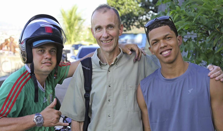 Adrian Geiges (Mitte) mit den  Ex-Gangstern Dudu und Max   | Foto: pro