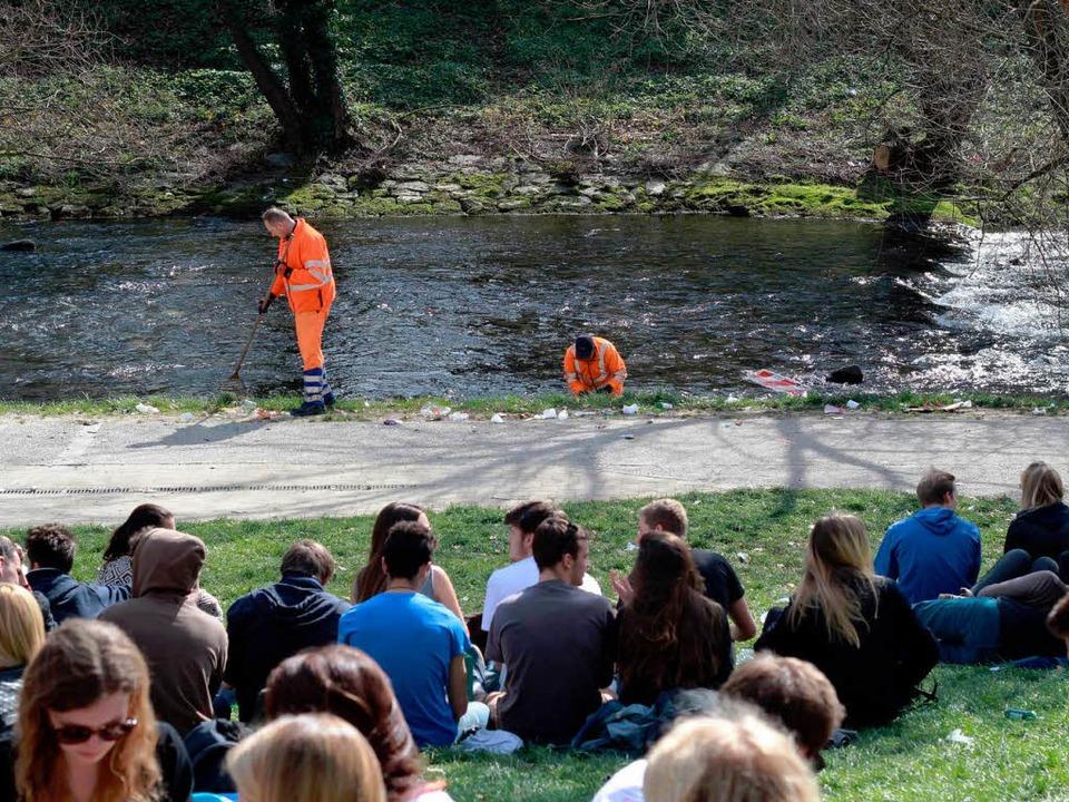 Während die einen feiern, müssen ander...SF-Männer in Orange am Dreisamufer.     | Foto: Marius Notter