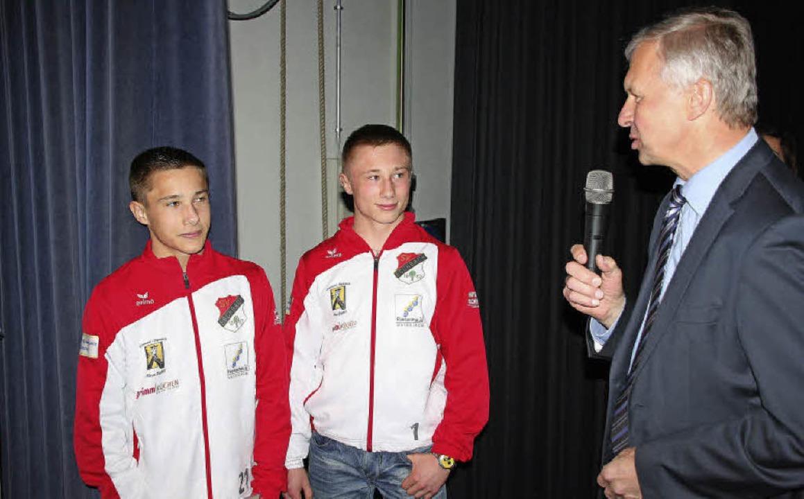 Bei der Sportlehrung würdigte Bürgerme...Nachwuchsringer Nick und Tim Scherer.     Foto: Andreas Peikert