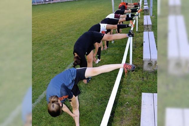Fußballdamen des TuS Binzen: Torjagd in bunten Schuhen