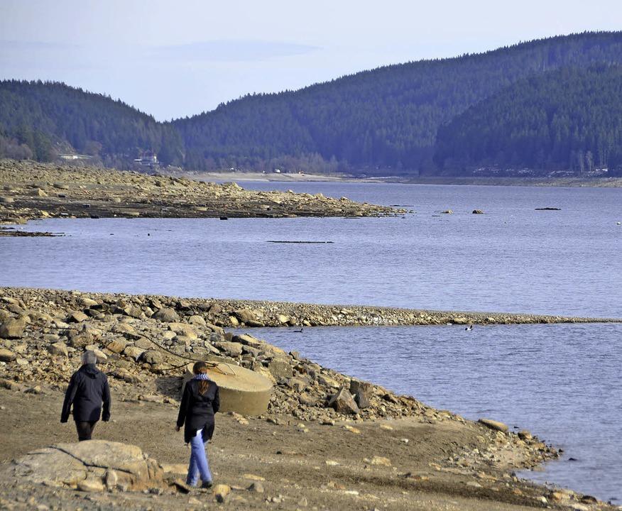 Spaziergänger am Ufer des Schluchsees bei Aha  | Foto: Sonnenberger