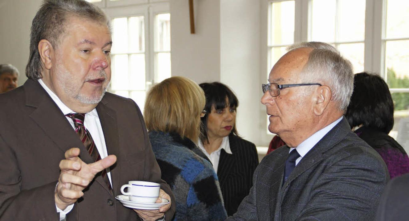Kurt Beck (links) spricht mit dem früh...abgeordneten Karl Nicola aus Weisweil.  | Foto: Ilona Hüge