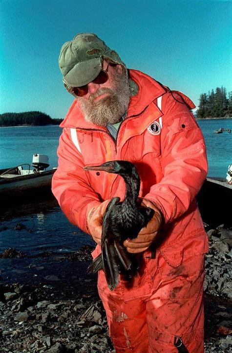 März 1989: Ein Fischer  mit veröltem Vogel  | Foto: AFP