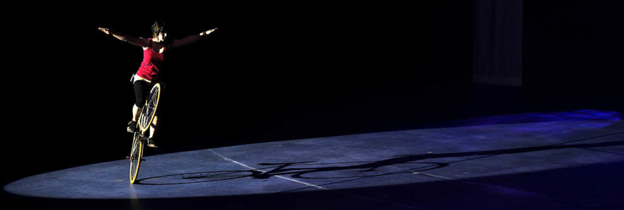 Akrobatik auf dem Kunstrad präsentiert...ach bei der Turngala des TV Hofweier.   | Foto: Bettina Schaller